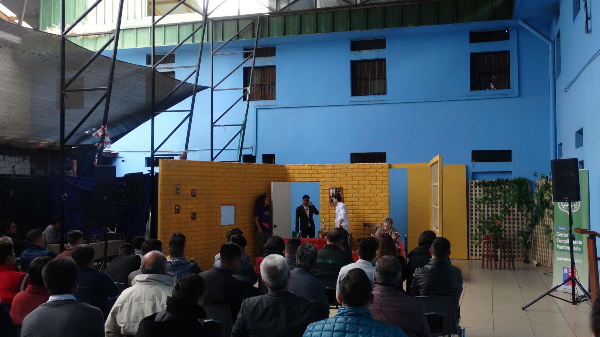 """Obra de teatro """"El desmontaje de los Pereira"""", en Centro Penitenciario Colina 2. Créditos: Gendarmería de Chile"""