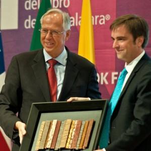 Ministro recibe cambio de mando de feria del libro de guadalajara