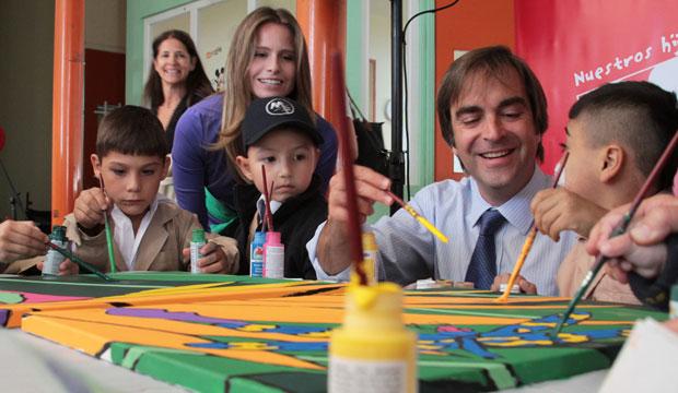 Ministro Cruz-Coke pintó mural de la esperanza junto a niños en Hospital Sótero del Río