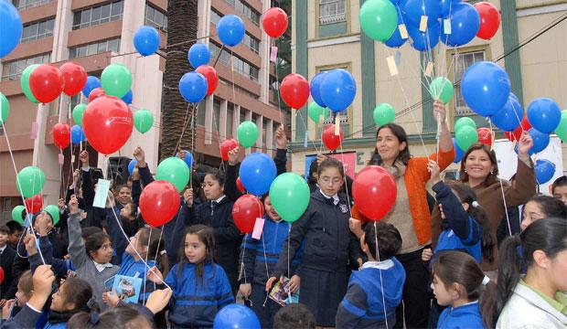 Consejo de la Cultura celebra Día del Libro lanzando 500 globos con poemas