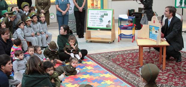 Ministro Cruz-Coke estrenó mini teatro de papel en jardín infantil de Carabineros