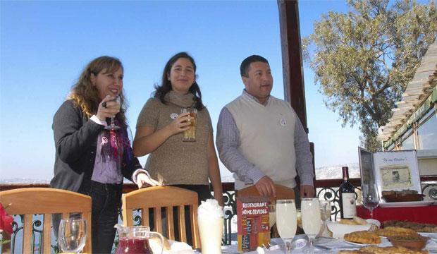 Macarena Berríos junto a los dueños del restaurante No me olvides.