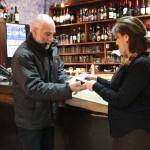 Mauricio Quercia Director del CRCA entrega reconocimiento a la administradora del Casino de Bomberos