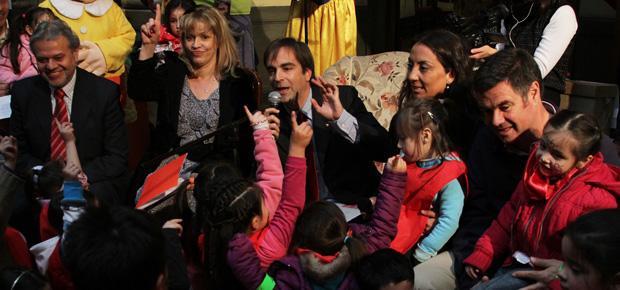 ministro lee cuentos en el día del niño