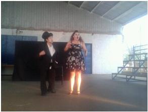 """Taller Teatro Colegio Patricio Mekis. Artista tallerista Alejandra Morales. Presentación obra de teatro """"El Atril embrujado"""" Cía. Teatro La Escalera. Foro y dinámica con alumnos y alumnas en el establecimiento."""