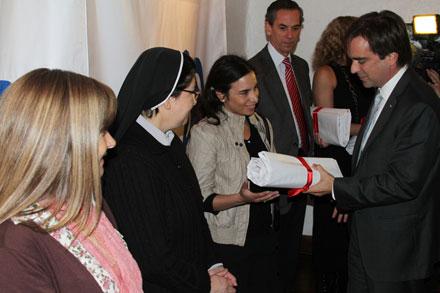Ministro de Cultura, entregando el pendón que simboliza la entrega de los recursos para la recuperación de los inmubles