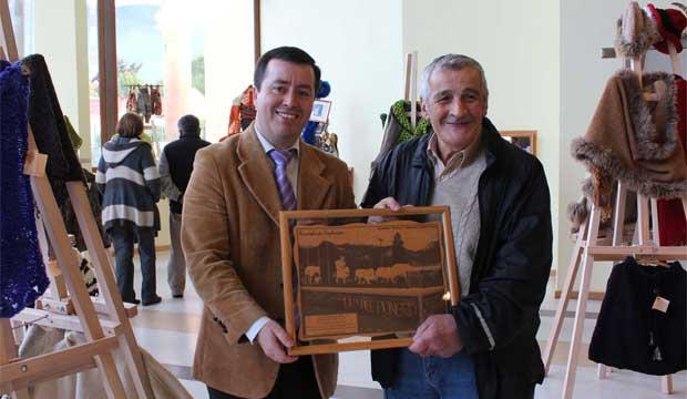 Ricardo Andrade, Maestro Artesano 2012 recibe reconocimiento de manos del Intendente Regiona (S) Néstor Mera