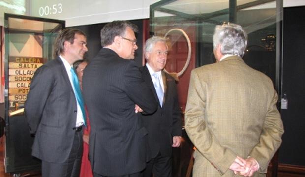 Visita de Ministro de Cultura a centro cultural, como parte de comitiva presidencial