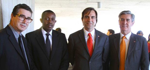 El Ministro de Cultura Luciano Cruz-Coke junto al director general del Parque Cultural de Valparaíso Justo Pastor Mellado, el agregado cultural de la Embajada de Haití Jean Baptiste Mackli-Em-Ridley y el Embajador de México Mario Leal.