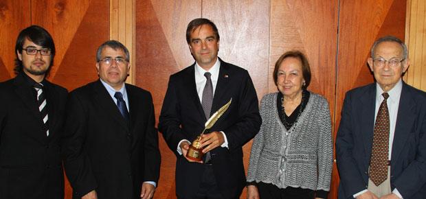 Rodrigo Zavala, Secretario General APES; Ricardo Henríquez Saá, Presidente de APES; Luciano Cruz-Coke, Ministro de Cultura; Violeta Guiraldes, ex presidenta nacional de las mujeres Periodistas de Chile y Johnny Teperman, director de extensión de APES.