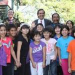 Ministro Cruz-Coke y Lorenzo Aillapán con los niños en el Parque Metropolitano
