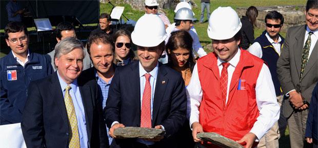 -Los diputados Gastón von Mühlenbrock y Alfonso de Urresti acompañan al Ministro Cruz-Coke y al Intendente Azurmendi en la colocación de la primera piedra de la restauración del Castillo de Niebla.