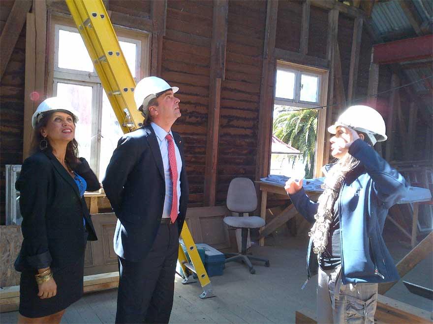 La directora de Cultura de Los Ríos, Catherine Hugo, junto al Ministro de Cultura, en un recorrido por las obras de la Casa Prochelle