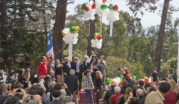 Autoridades lanzan globos con poemas de Vicente Huidobro