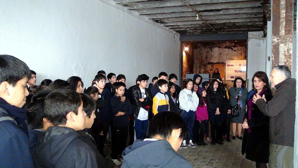 Durante el recorrido por las salas fueron acompañados por la directora regional del Consejo de la Cultura y las Artes (CRCA), Catherine Hugó, y el director del MAC-UACh, Hernán Miranda.