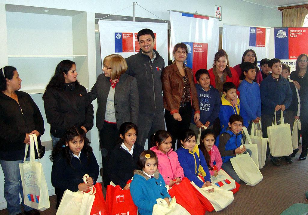 La entrega de los obsequios literarios se realizó durante una ceremonia en que los voluntarios de la comuna de Valdivia recibieron sus materiales.