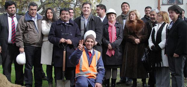 Al Centro el Ministro Ampuero - a su derecha el alcalde de Constitución, Carlos Valenzuela - a su drecha la directora Regional de Cultura, Irene Albornoz_def
