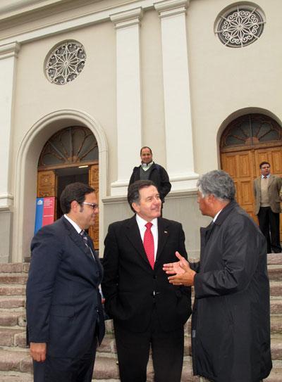 Ministro Roberto Ampuero visita la Iglesia La Matriz