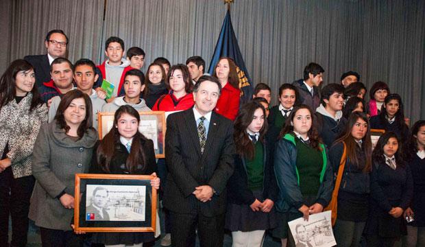 Ministro entrega distinciones a escolares durante conmemoración de los 125 años de la publicación del libro Azul de Rubén Dario