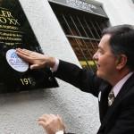 Ministro Ampuero pega distintivo de Cultura en Invierno
