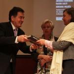 Ministro Ampuero entrega catálogo a Magdalena Krebs, directora de Dibam