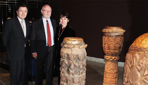 Ministro Ampuero junto a Michael Eissenhauer (director de los Museos Estatales de Berlín) y Alejandra Serrano (directora ejecutiva del Centro Cultural La Moneda).