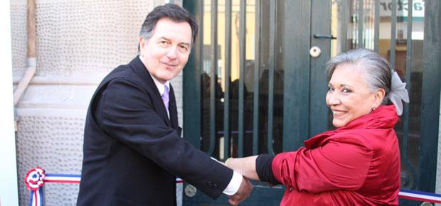 Ministro Roberto Ampuero junto a Directora Regional Gloria Valdés