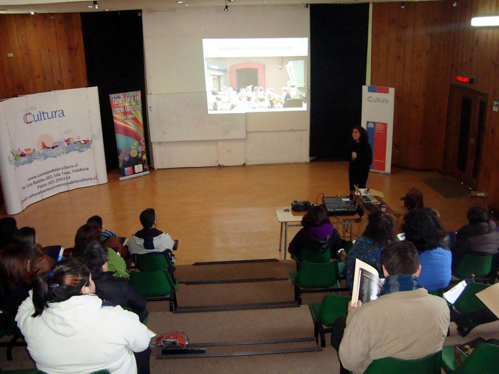 La experta trabajó durante dos días junto a artistas, gestores culturales y educadores, entre otros, en un taller de formación de audiencias organizado por el programa Cultura Local que desarrolla en Paillaco el Consejo Regional de la Cultura y las Artes.