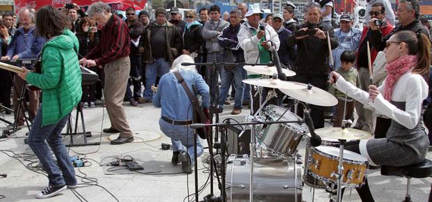 Los Jaivas tocando en el Muelle Prat
