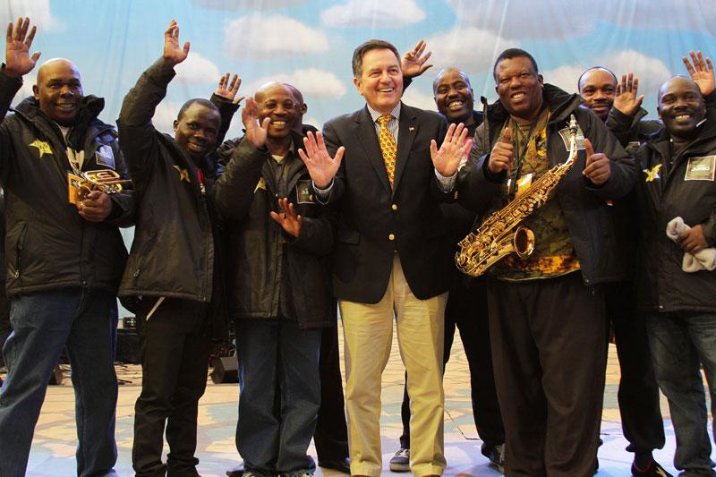 Ministro junto a la banda musical africana del Circo Jumbo