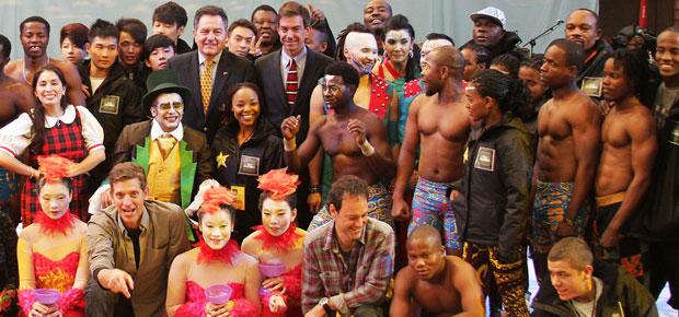 Ministro Ampuero junto al elenco del Circo Jumbo