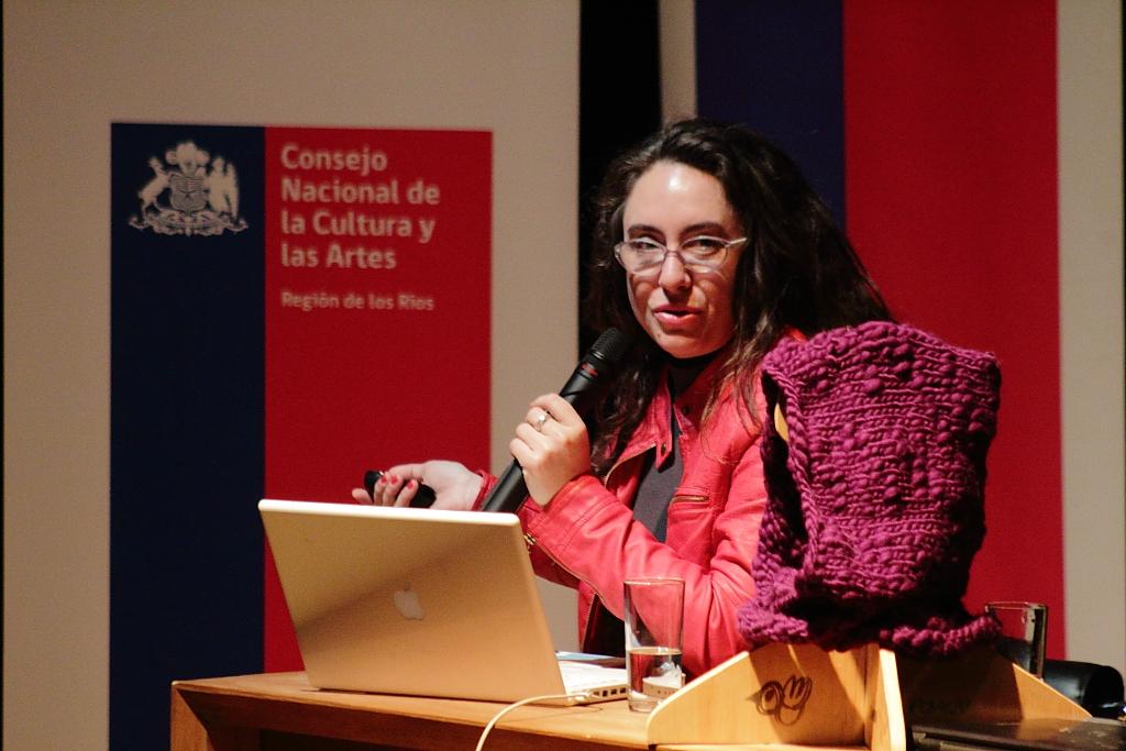 """La diseñadora gráfica fue la relatora internacional en el tercer Seminario en Emprendimiento Cultural """"Tendencias y desafíos actuales para una apuesta estratégica regional"""", que organizó el Consejo Regional de la Cultura y las Artes de Los Ríos como parte de su Programa de Emprendimiento Cultural."""