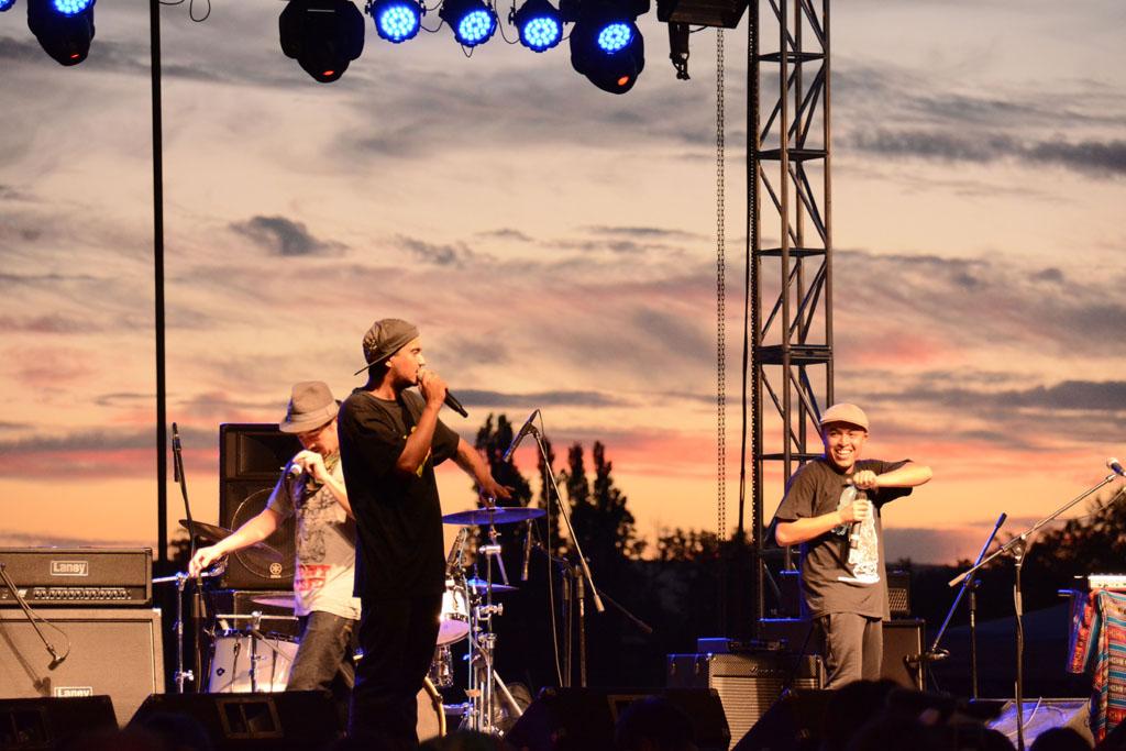 Ante unas 2 mil personas, cinco bandas de Los Ríos, una de Iquique y otra de Paillaco coparon con su música y versos la calurosa tarde valdiviana en el escenario de la Costanera de la Ciencia.