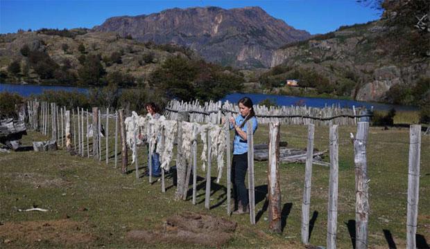 Islaysen: La artista Catalina Bauer trabajando durante su residencia en Aysén junto a Oclidia Sandoval