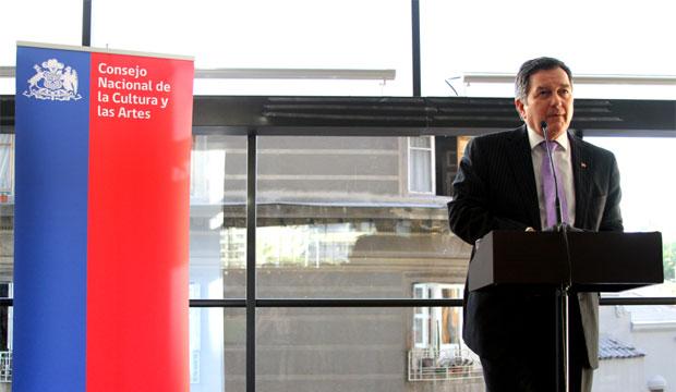 Ministro Roberto Ampuero anunciando los ganadores de Fondos Cultura 2014