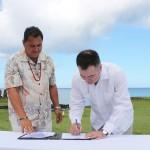 Ministro Roberto Ampuero firma convenio con alcalde Pedro Edmunds Paoa
