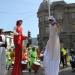 Numerosos artistas circenses participaron del inicio de celebraciones.