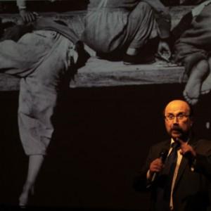 El investigador Gonzalo Leiva dirigió la charla para traspasar legado de fotógrafo Sergio Larraín a las salas de clases