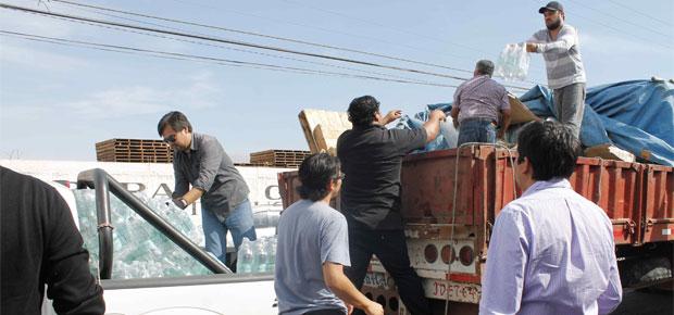 Funcionarios CRCA en labores de ayuda