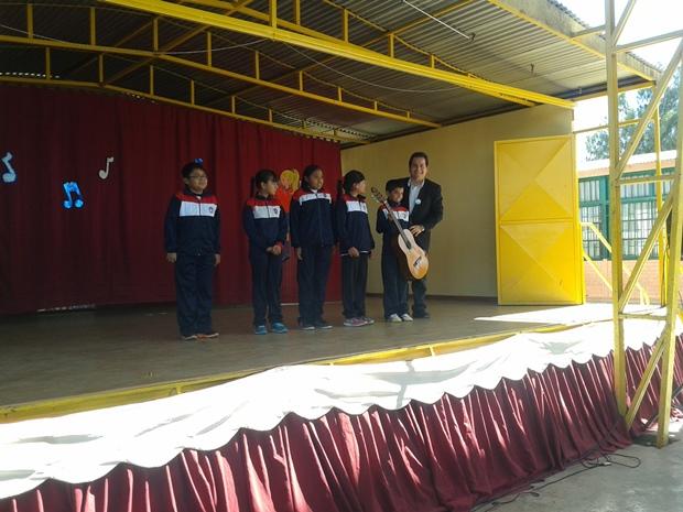 Entrega de Guitarras a alumnos de establecimiento