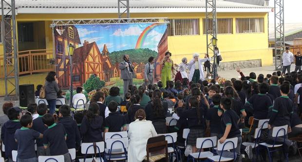 Numerosos estudiantes antofagastinos disfrutaron de presentación teatral.