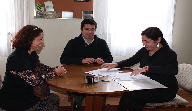 Firma Convenio Red Cultura entre alcalde de Huara y directora del CNCA de Tarapacá
