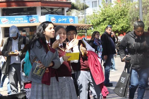 Numerosas personas, donde destacaron estudiantes, llegaron hasta el frontis de la Biblioteca Regional.
