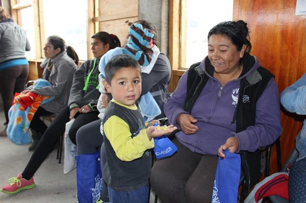 Los menores de Caleta Buena quedaron felices con la entrega de juegos tradicionales.