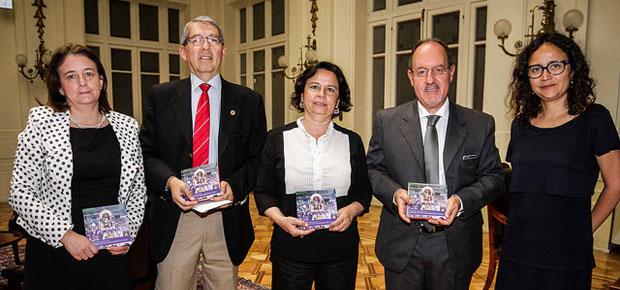Ministra de Cultura presenta libro elaborado conjuntamente por Chile y Perú sobre migrantes peruanos en Santiago