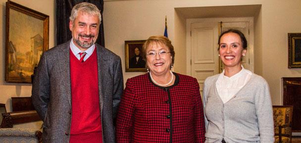 La Presidenta Michelle Bachelet recibió hoy en La Moneda a la nueva directora de la Orquesta de Cámara de Chile, Alejandra Urrutia, junto al Ministro de Cultura, Ernesto Ottone. Fotógrafo: Rodrigo Campusano.