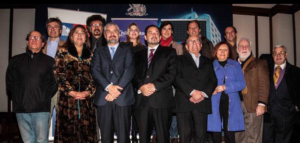Ministro de Cultura junto a la Presidenta de Chileactores, Esperanza Silva, y varios actores celebran la ratificación del tratado de Beijing