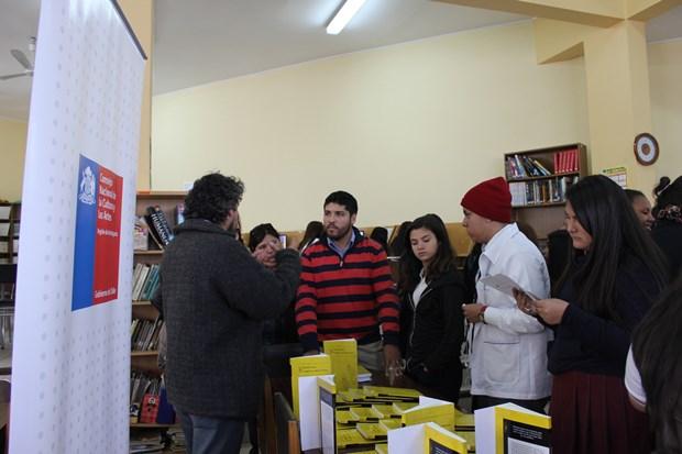 Estudiantes de Liceo A-17 recibiendo libros para Diálogo en Movimiento
