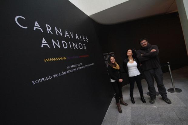 Sub Directora Nacional, Lilia Concha, y Directora Regional, Carla Redlich, junto a gestor cultural Fernando Rivera en exposición.