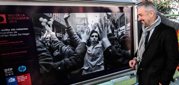 Ministro de Cultura inauguró exposición con fotos de Rodrigo Rojas De Negri en paraderos del Transantiago